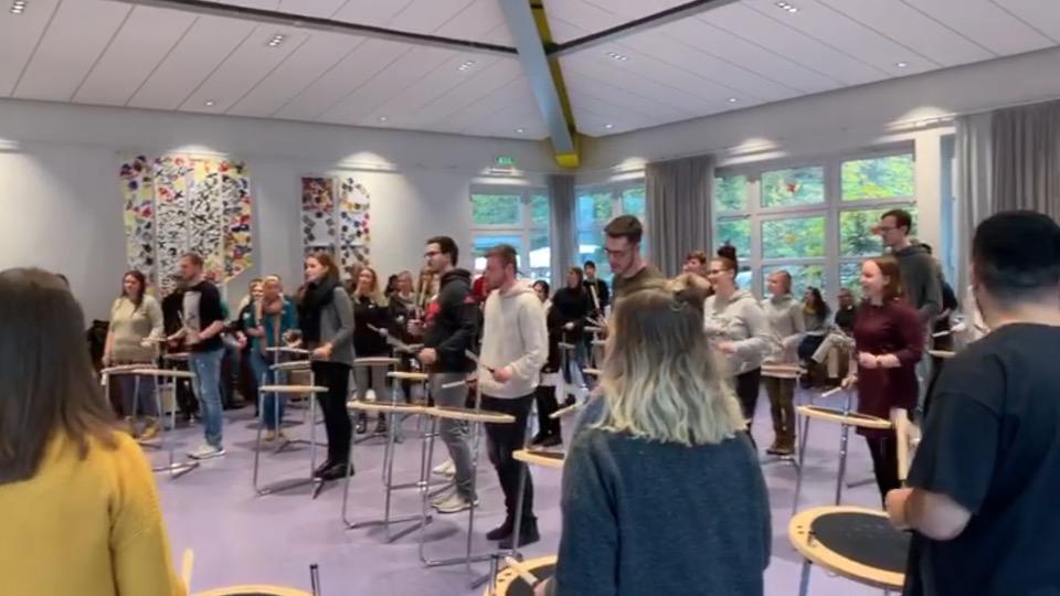 Drumbob bewegt…! Mentor*innen für Projekt mit Kindern in VPKA-Horten gesucht