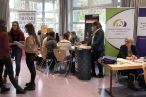 Berufsinformationsmarkt in der Aula der EFS